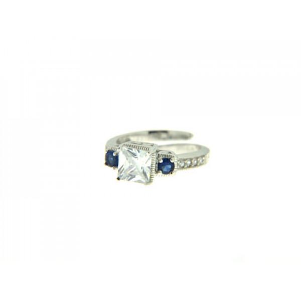 Δαχτυλίδι Τρίπετρο με ένα Κεντρικό Λευκό Ζαφείρι που πλαισιώνεται από Δύο Μπλε Ζαφείρια