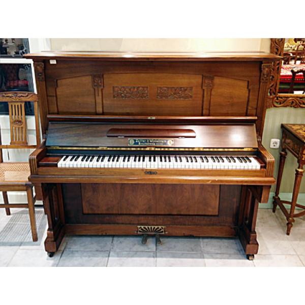 Πιάνο από το οποίο έχει αφαιρεθεί ο μηχανισμός και έχει μετατραπεί σε μπαρ
