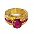 Δαχτυλίδι με ένα Κεντρικό Ρουμπίνι, μία σειρά από καρέ Ρουμπίνια και δύο σειρές Μπριγιάν σε Κίτρινο Χρυσό Κ18